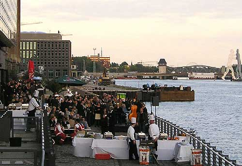 Geschlossene Gesellschaft am Spree-Ufer